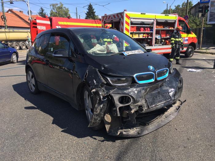 Accident surprins de camerele de supraveghere într-o intersecţie din Timişoara. O persoană a rămas încarcerată
