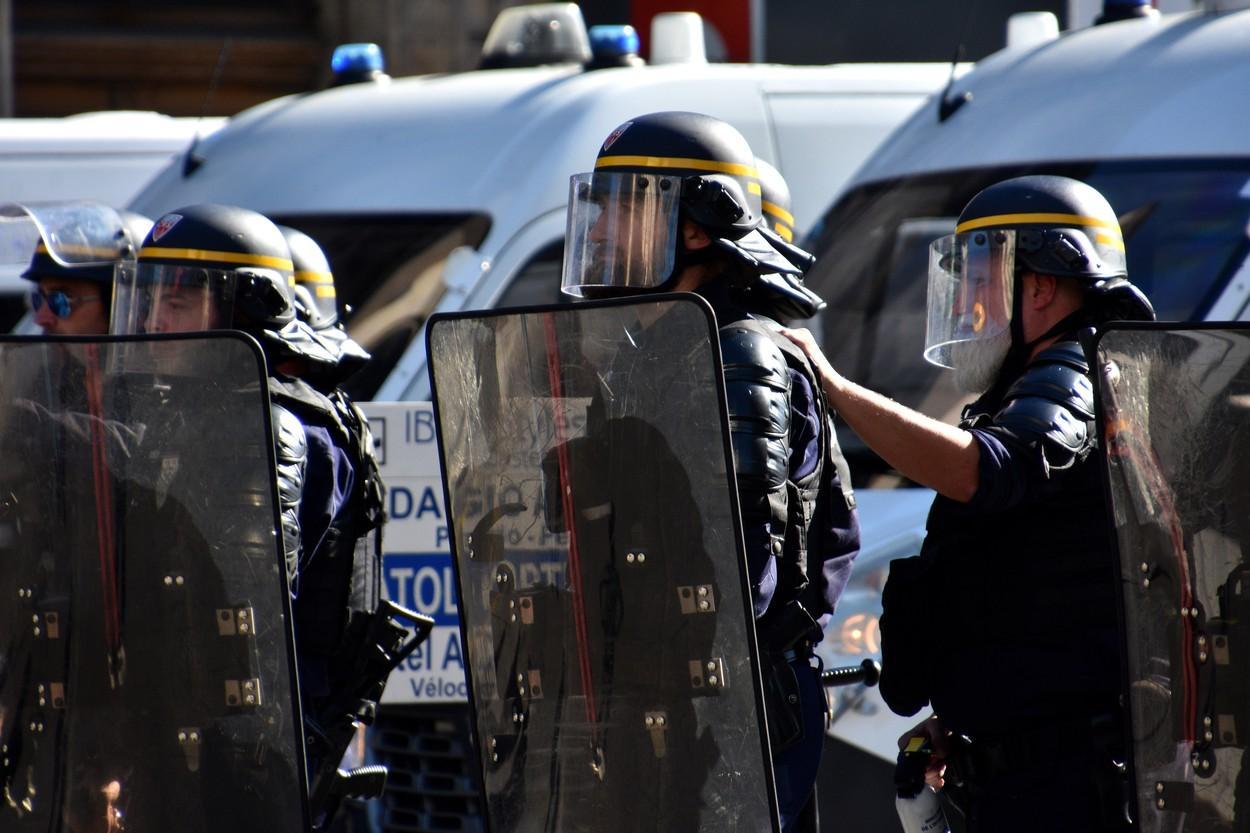 Poliţiştii ţin piept mulţimii violente, în oraşul francez Marsilia