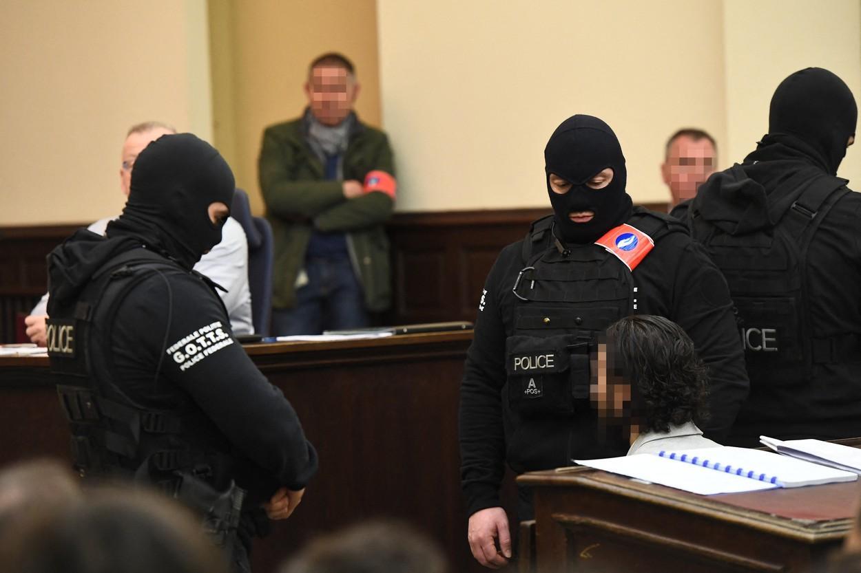 Salah Abdeslam, păzit de mascaţi într-o sală de judecată