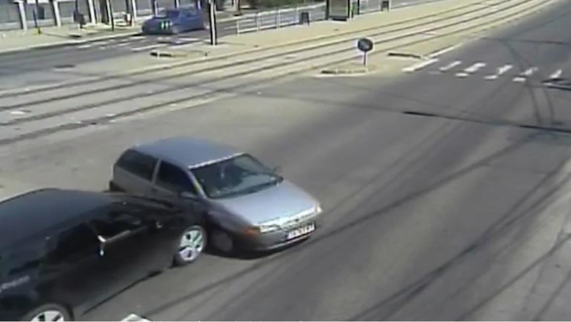 maşină răsturnată în mijlocul intersecţiei după ce un bătrân în vârstă de 69 de ani nu s-a asigurat