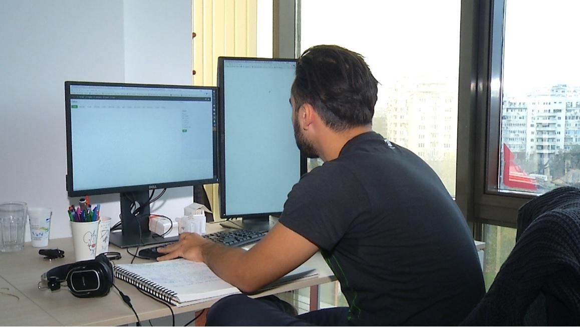 Munca de acasă, criteriu important în alegerea jobului. Trei sferturi dintre salariaţii români nu vor să muncească de la birou