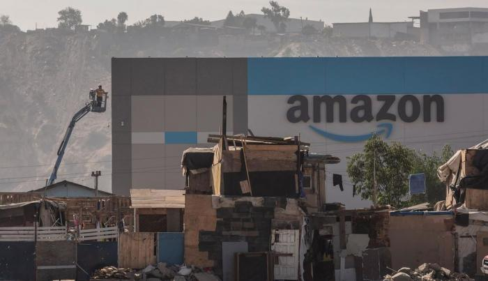 Fotografiile virale cu depozitul uriaș al Amazon, înconjurat de casele sărăcăcioase ale localnicilor, în Mexic