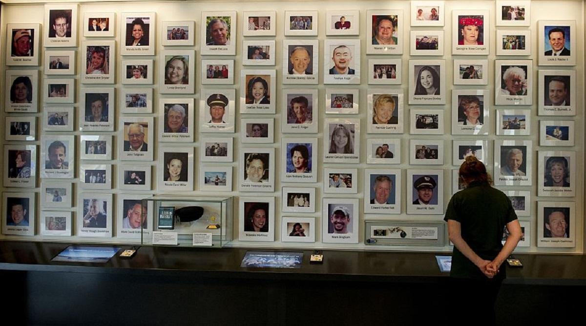 Peretele cu pozele victimelor care au pierit în Zborul 93, expuse la Muzeul Naţional al Comemorării