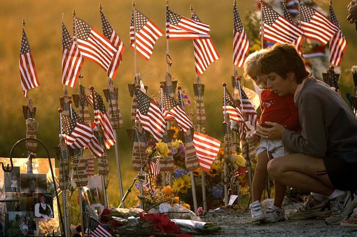 O mamă își ține fiica în braţe, lângă altarul construit pentru prăbușirea zborului 93, la 11 septembrie; 11 septembrie 2004, lângă Shankville, Pennsylvania