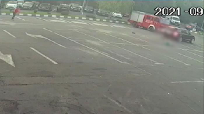 Șoferul care a lovit intenționat cu mașina angajatul unei spălătorii din București este căutat de poliție. Bărbatul a fost dat în consemn la frontieră