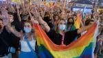 Minciuna unui tânăr gay i-a scos în stradă pe spanioli, seara trecută. Mesajul homofob crestat cu cuţitul pe fese era făcut de amant, nu de agresorii mascaţi