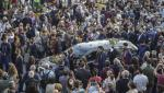"""""""Nemuritor!"""" Momente emoționante la înmormântarea lui Mikis Theodorakis. Cu lacrimi în ochi, oamenii au început să cânte melodia din """"Zorba Grecul"""""""