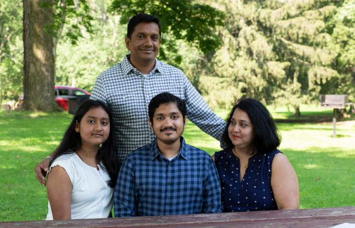 Anish Shrivastava, alături de mama, Jaya Ghosh, tatăl Ashish şi sora acestuia, la Prospect Park din Troy, New York la 24 iulie 2021