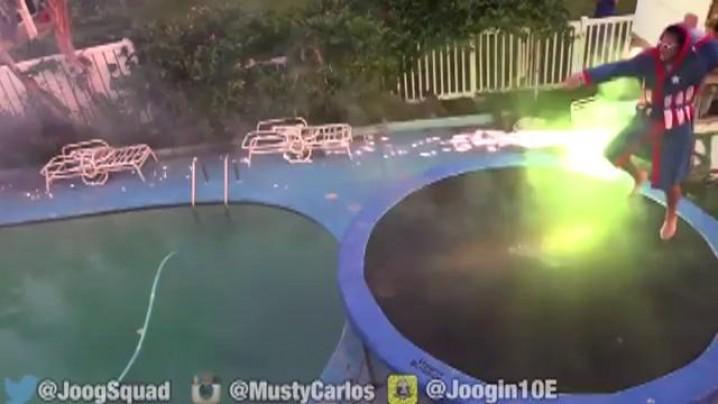 """Cascadorie PERICULOASĂ! Un bărbat A LUAT FOC în timp ce se """"lupta"""" cu artificii (VIDEO)"""