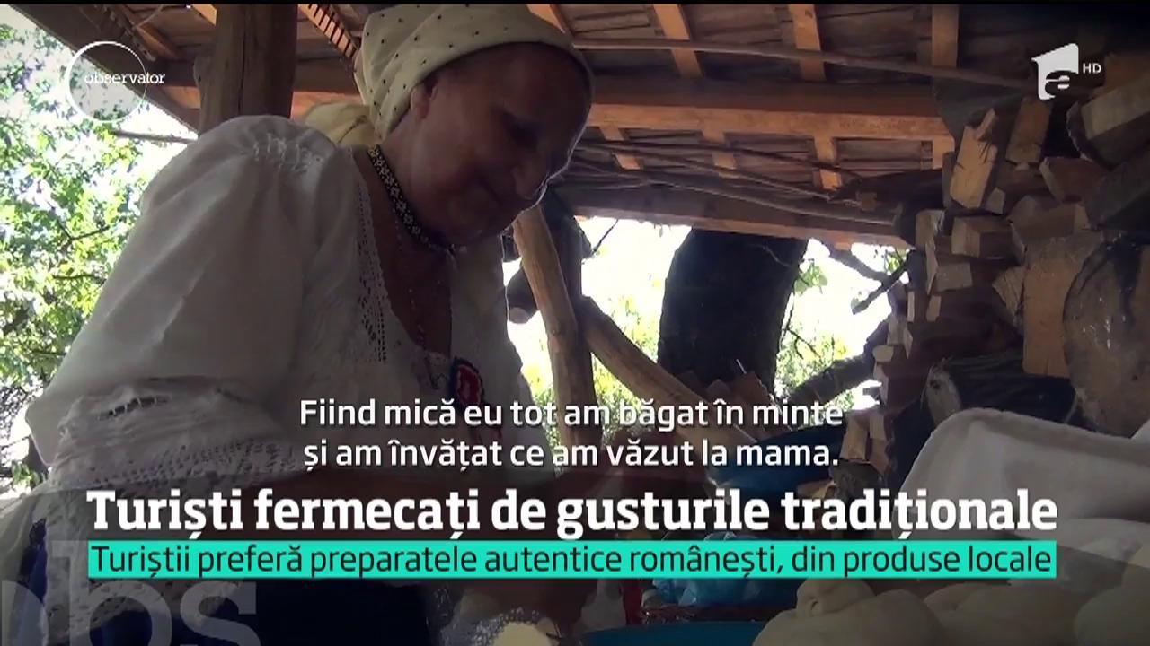 Turiști fermecați de gusturile tradiționale din Maramureș