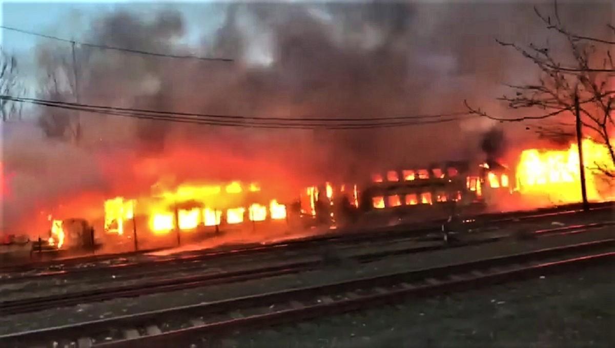 Incendiu puternic în gara din Oraviţa, 4 vagoane ard cu flăcări uriaşe (Video)