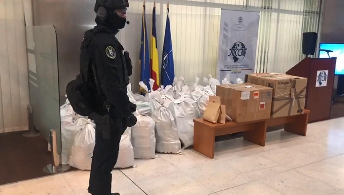 Sacii cu drogurile găsite în şalupa răsturnată la Tulcea, aduşi la DIICOT. Cocaina pură 90% venea din America de Sud (Video)