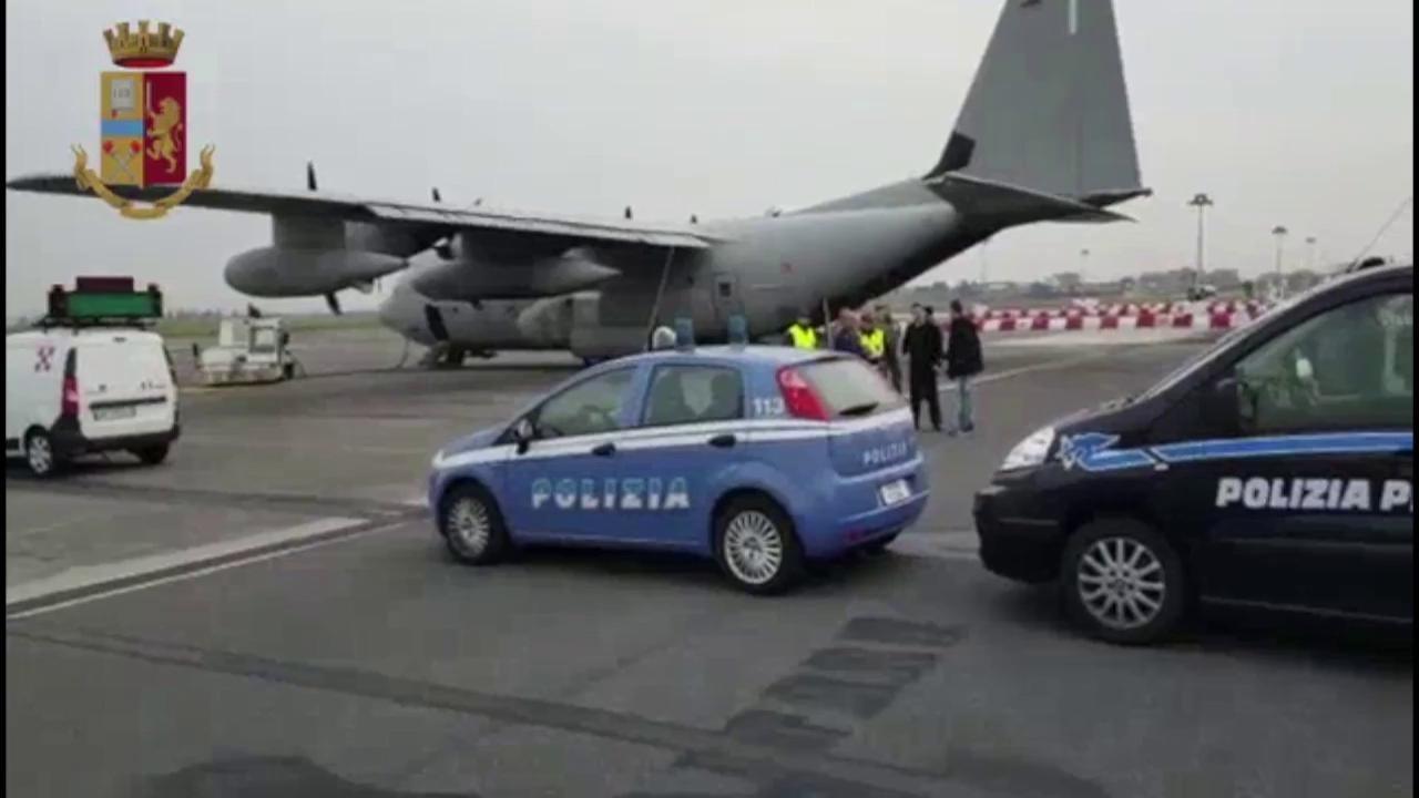 Salvini anunță că a trimis 13 deținuți români cu avionul, la București, din Italia (VIDEO)