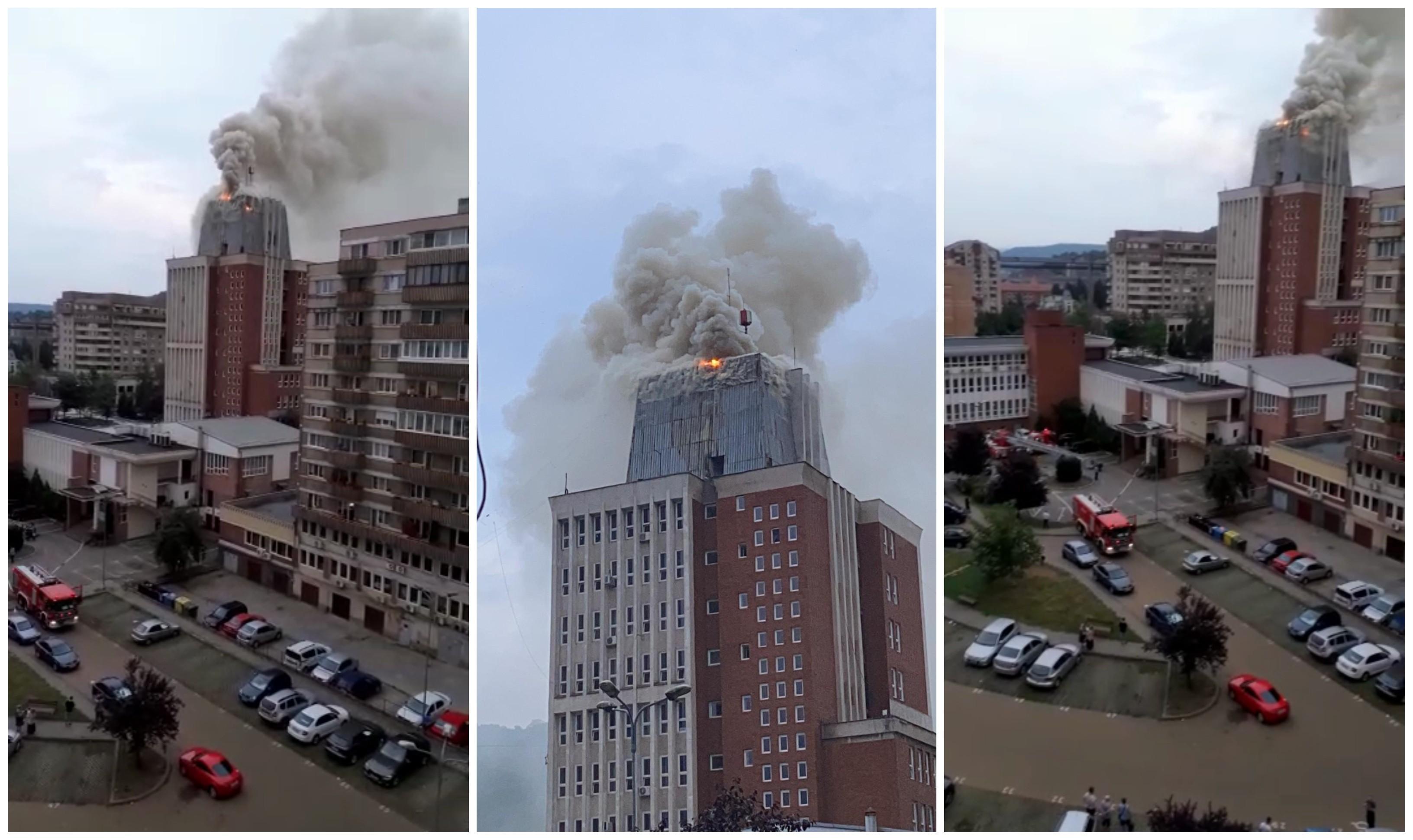 Incendiu la Primăria Reșița. Intervenția pompierilor este dificilă