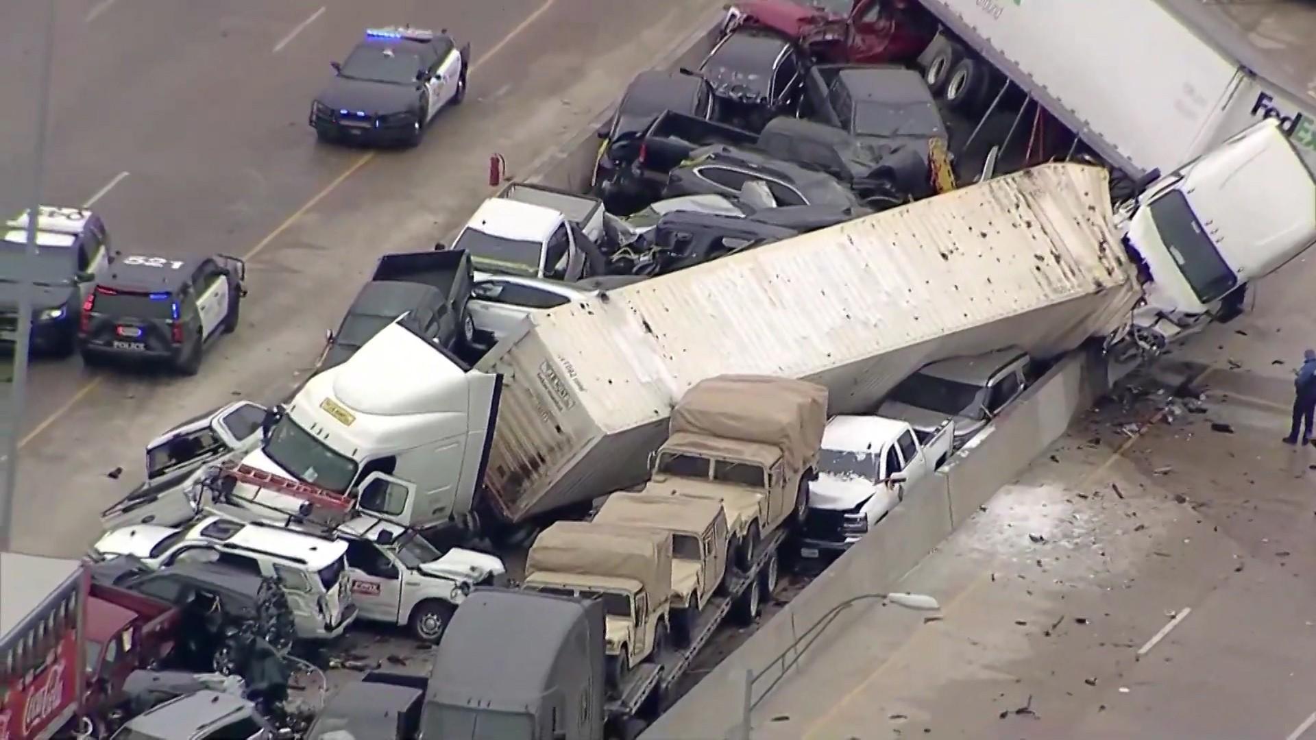 Peste 100 de maşini făcute praf, 6 morţi şi 65 de răniţi, după un carambol de proporții, pe o autostradă din Texas
