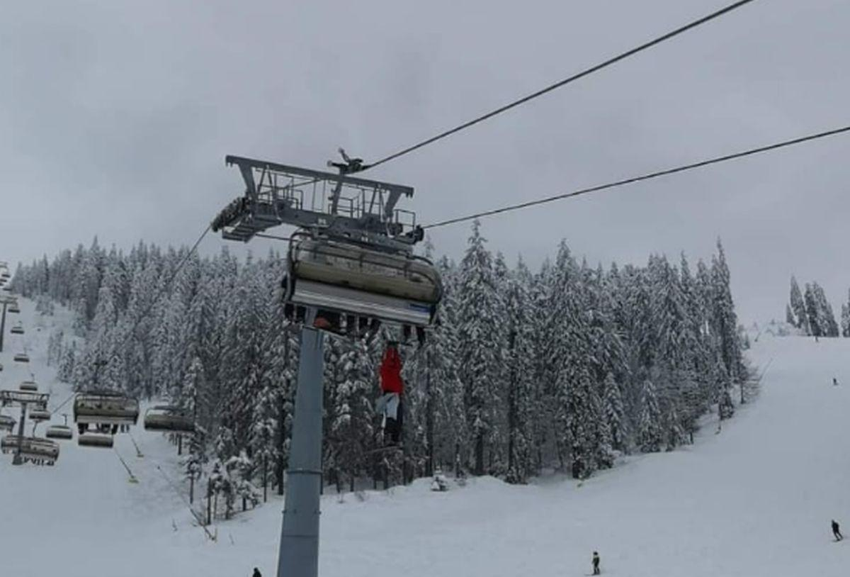 La un pas de tragedie în Poiana Brașov: Un turist iresponsabil a vrut să sară din telescaun ca să își recupereze schiul