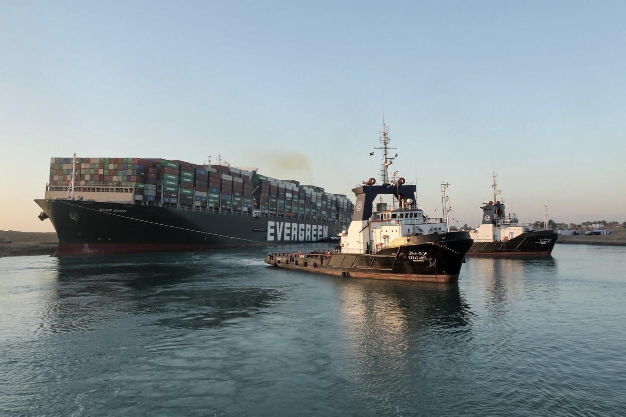 Nava eşuată în Canalul Suez a fost repusă pe linia de plutire. Traficul pe canal a fost reluat