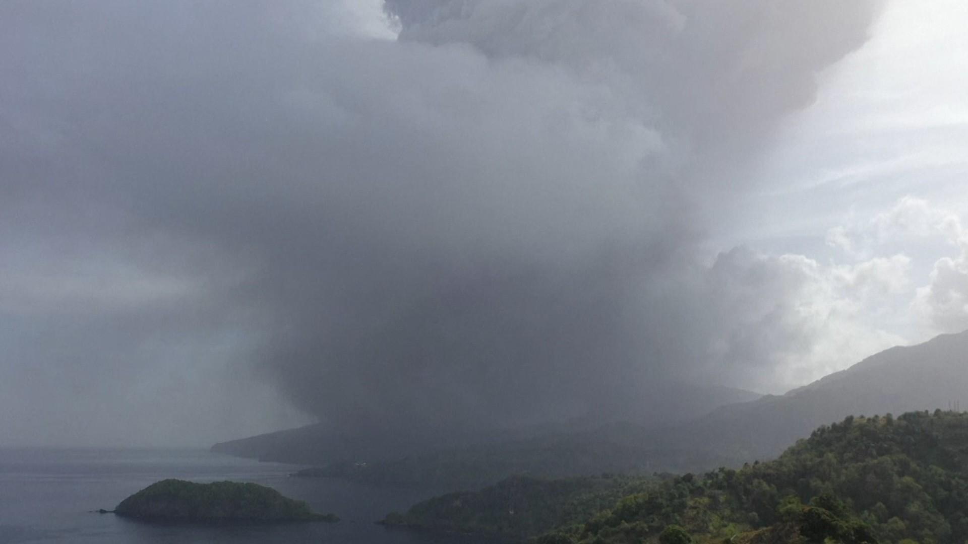 Un vulcan din Caraibe a erupt după 40 de ani. Mii de oameni au fost evacuaţi