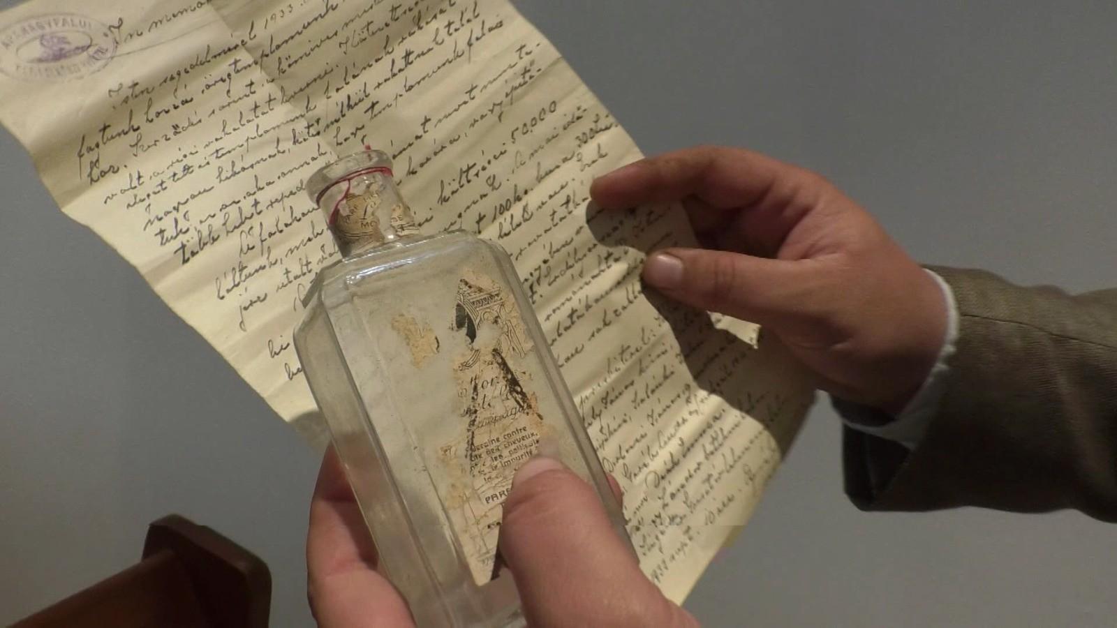 Scrisoare în sticlă, veche de un secol, găsită sub grinda unei biserici din Nuşeni, de restauratorii lăcaşului cult