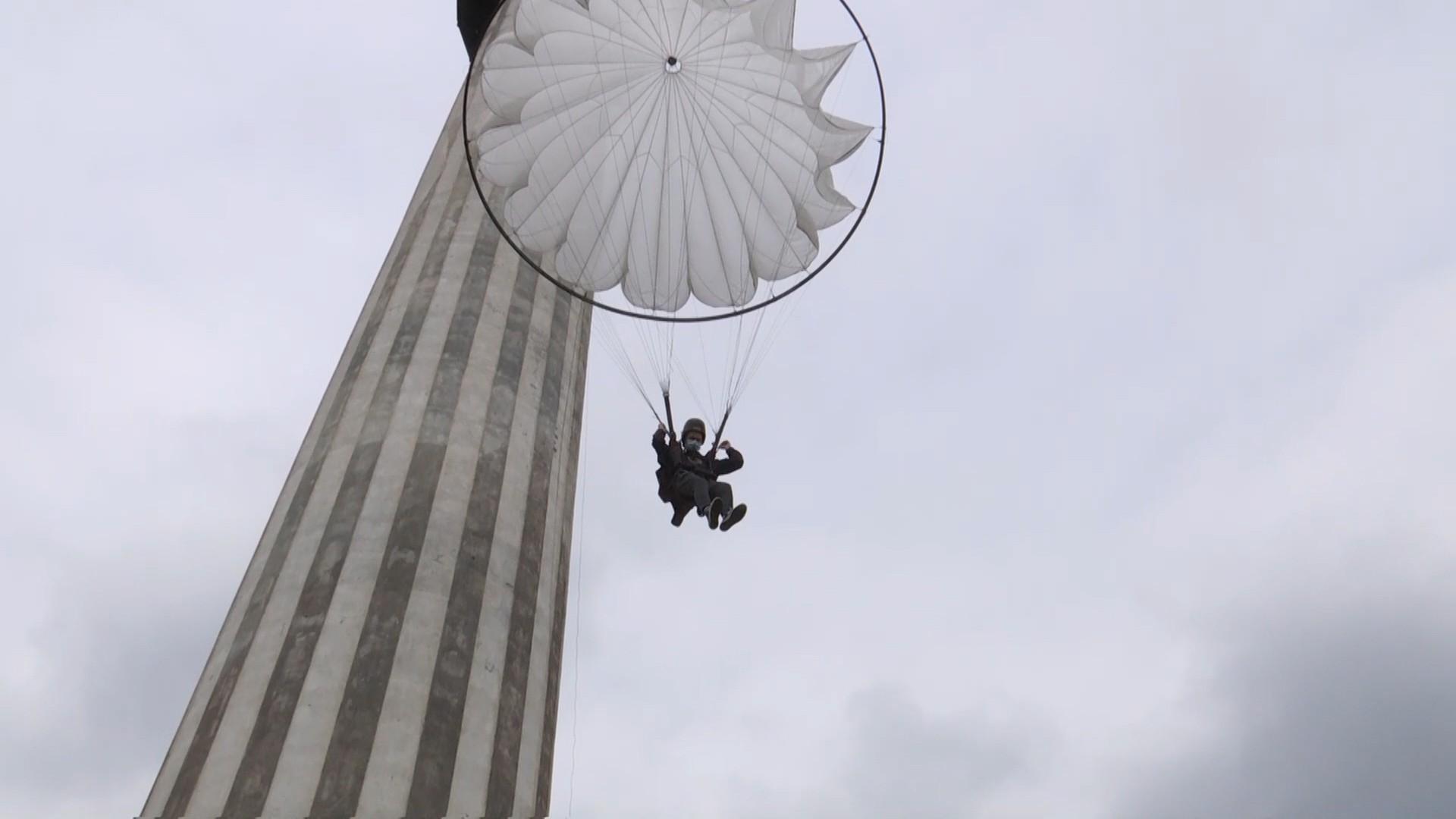 Zeci de tineri au sărit pentru prima dată cu paraşuta, de la 63 de metri înălţime. Echivalentul a două blocuri de zece etaje