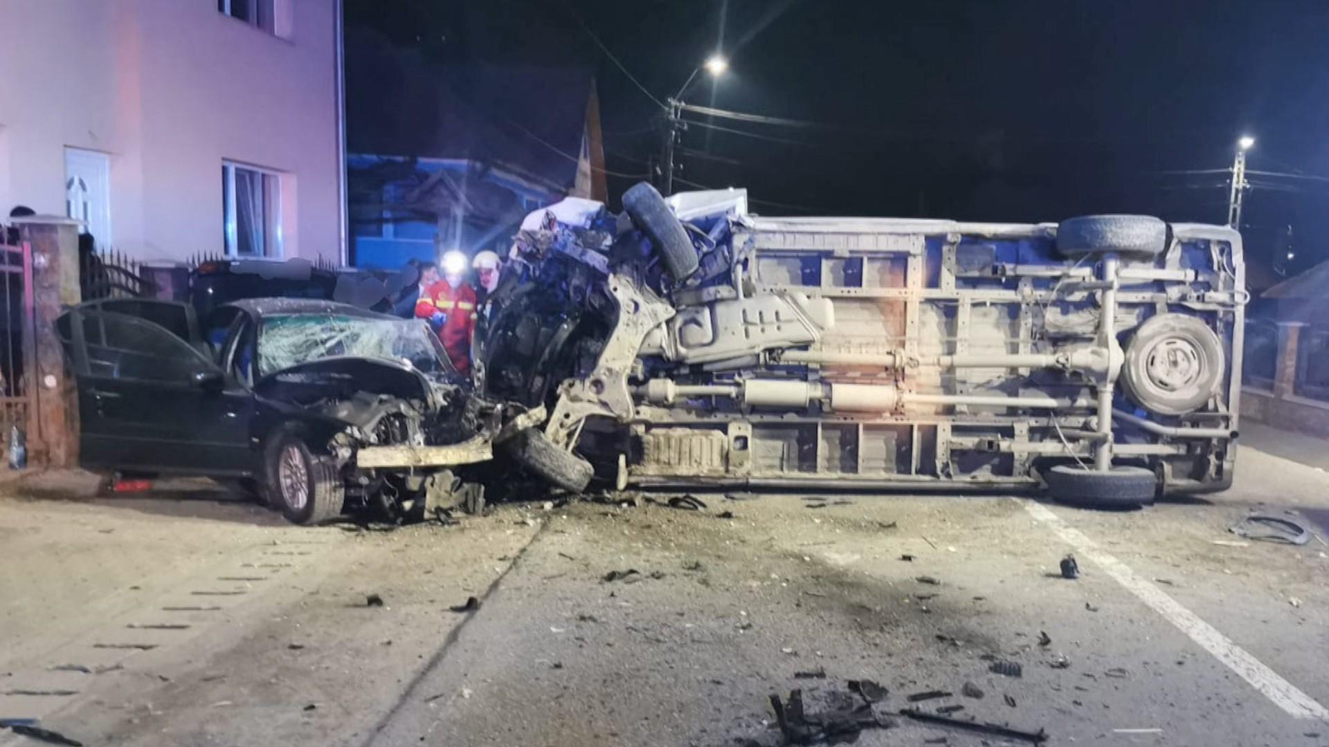 Impact teribil pe DN 17D, în Bistriţa-Năsăud. O maşină, un microbuz şi un atelaj s-au ciocnit violent şi s-au făcut zob