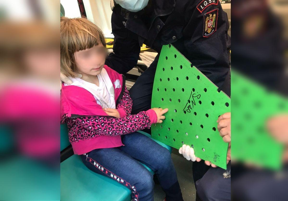 O fetiţă de 5 ani din Vâlcea a rămas cu degetele înțepenite în banca din parc. Pompierii au tăiat banca și au mers cu ea la spital