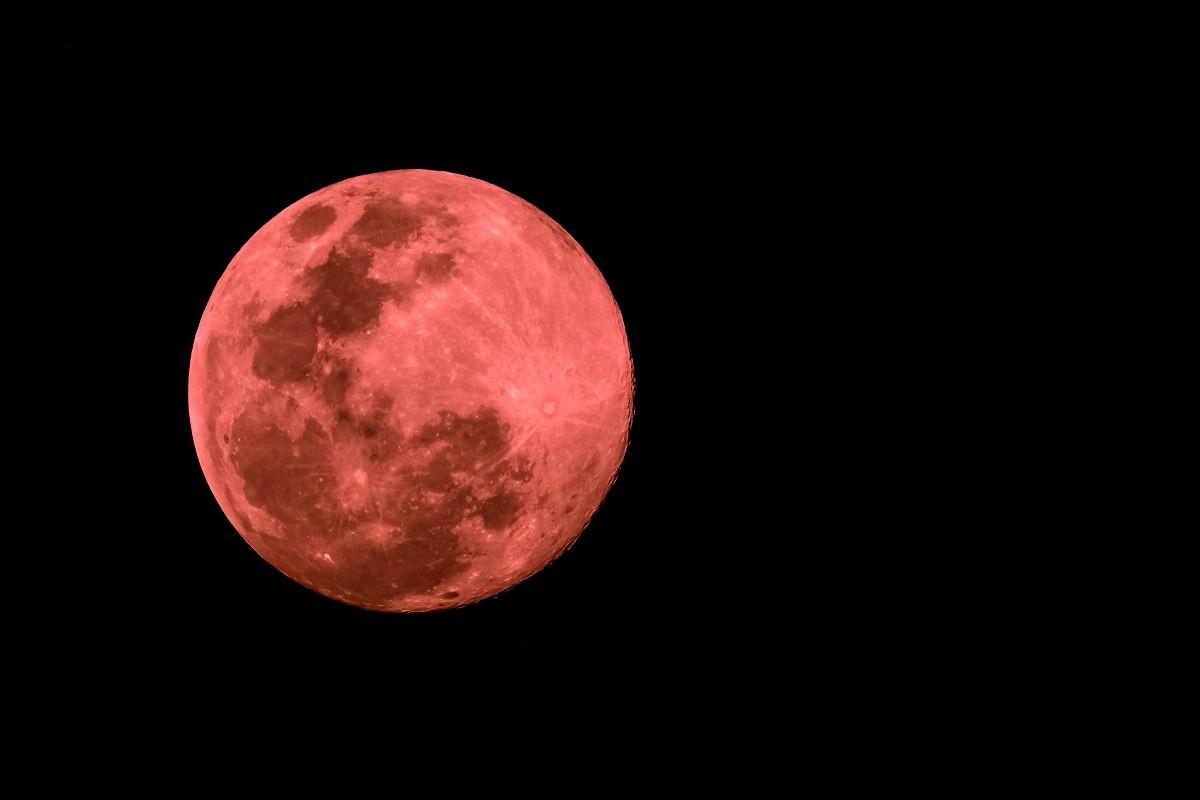 """""""Superluna roz"""" a atras toate privirile spre cer. Fenomen astronmic rar, noaptea trecută"""