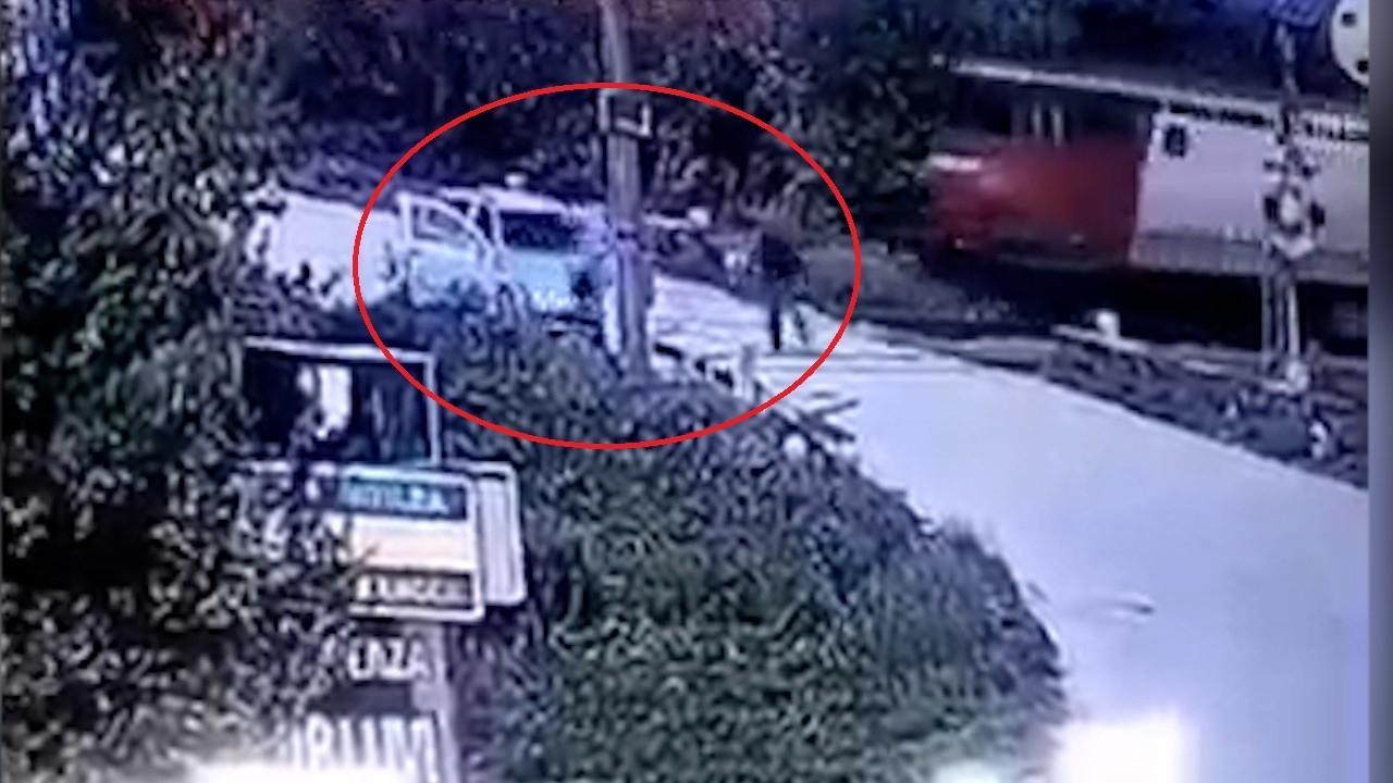 Momentul în care o Skoda este spulberată de tren, în Vrancea. O cameră video a surprins impactul teribil