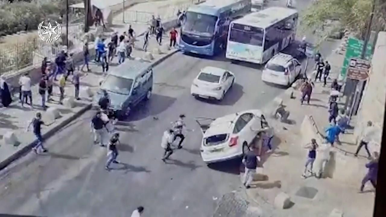 Noi lupte între palestinieni și israelieni. Momentul în care o mașină atacată cu pietre intră în oameni
