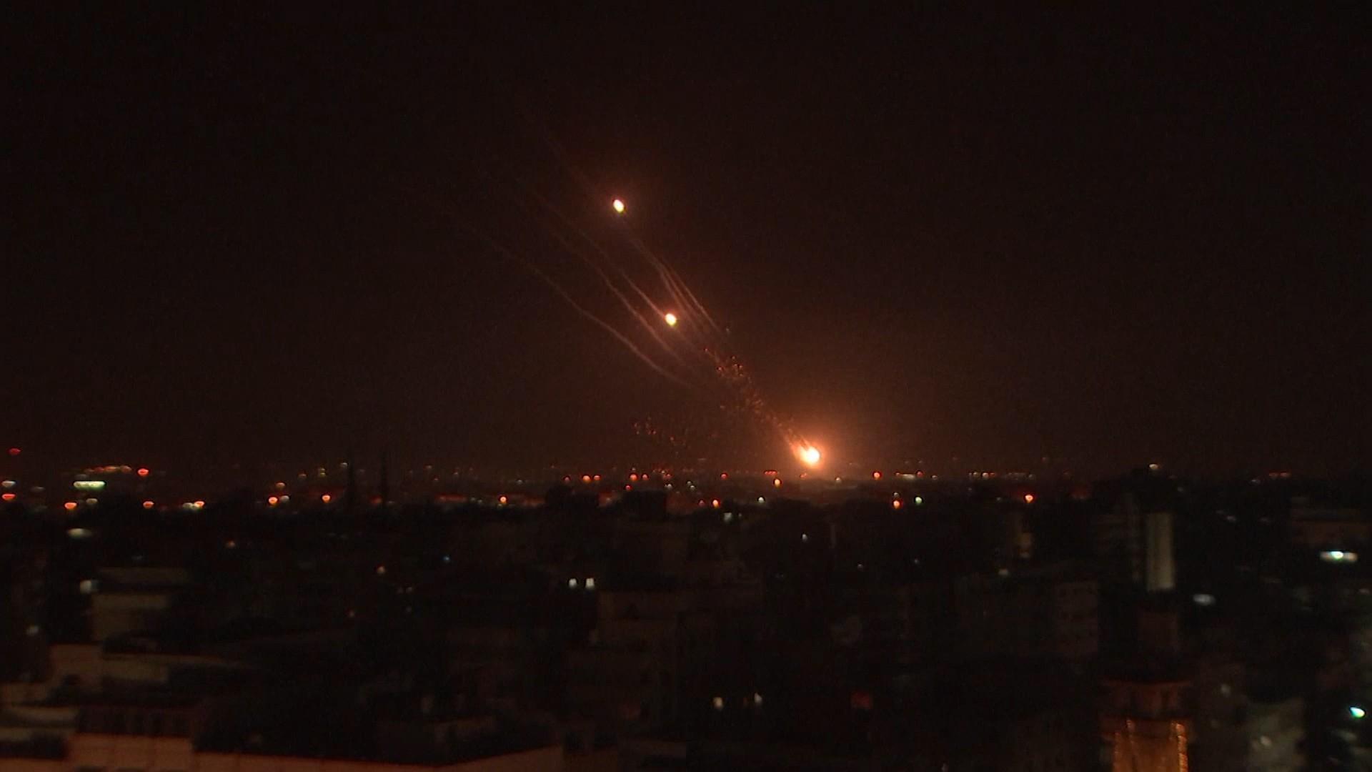 Ploaie de foc pe cerul Israelului. Iron Dome-ul a interceptat zeci de rachete către Tel Aviv. O clădire Hamas cu 13 etaje din Gaza a fost distrusă de bombardamente