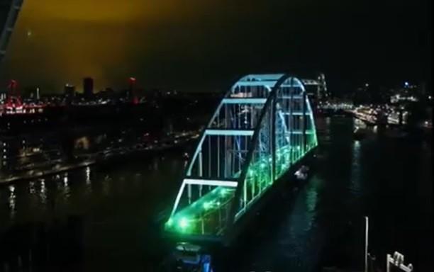 Priveliște inedită în Rotterdam. Un pod lung de 200m a fost plimbat, pe apă, până în apropierea portului