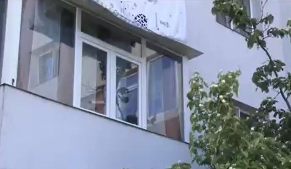 Un copil de 4 ani a căzut de la primul etaj al unui bloc din Pitești. Băiețelul fusese lăsat singur în casă