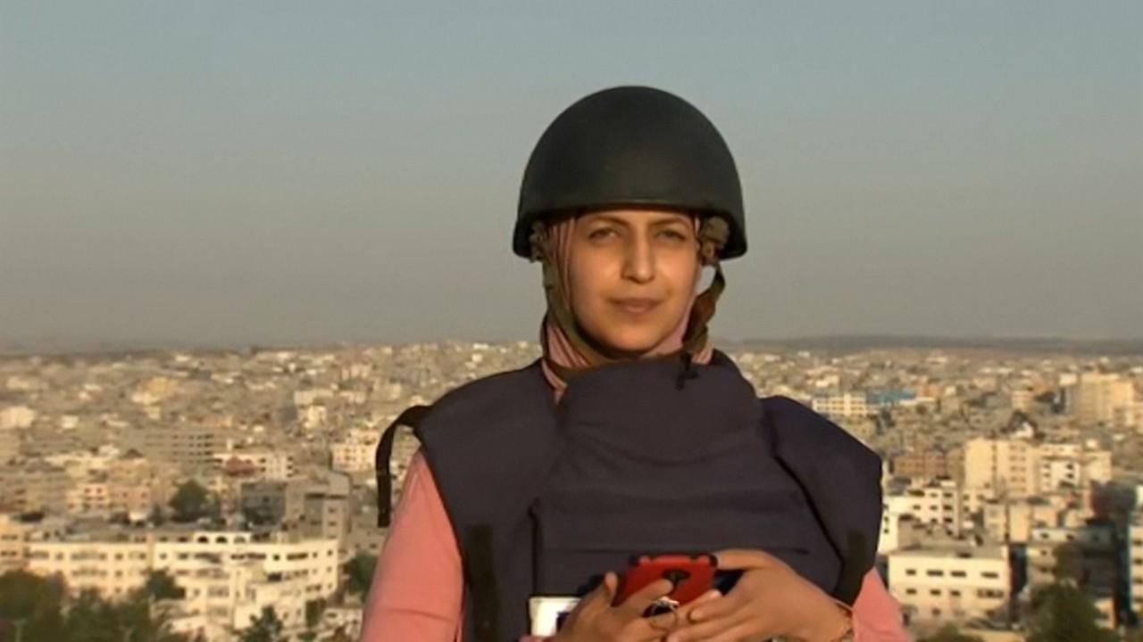 O jurnalistă aflată pe acoperișul unui bloc din Gaza în timpul unui LIVE a surprins cum o clădire vecină este bombardată