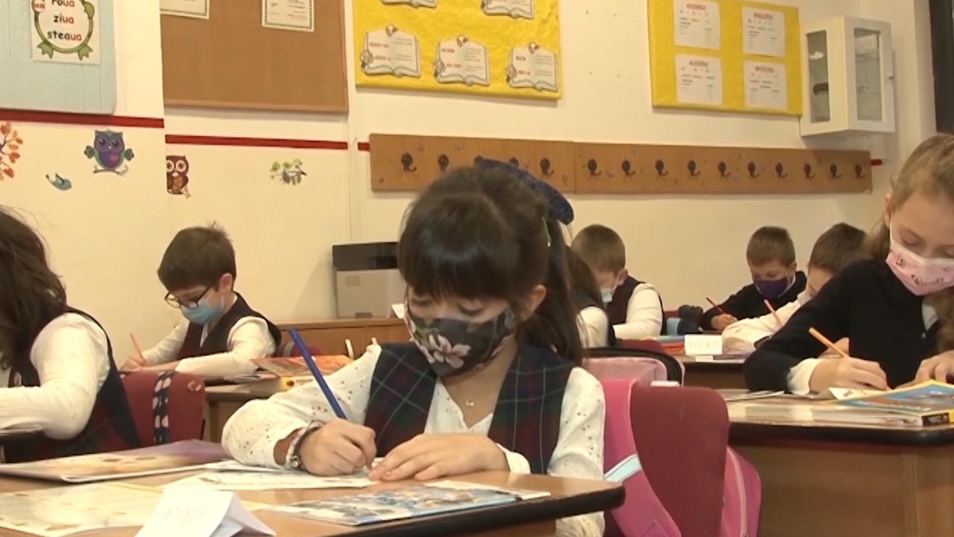 Sorin Cîmpeanu: Fără mască în exteriorul școlii de săptămâna viitoare. Doar 300.000 elevi mai fac cursuri online