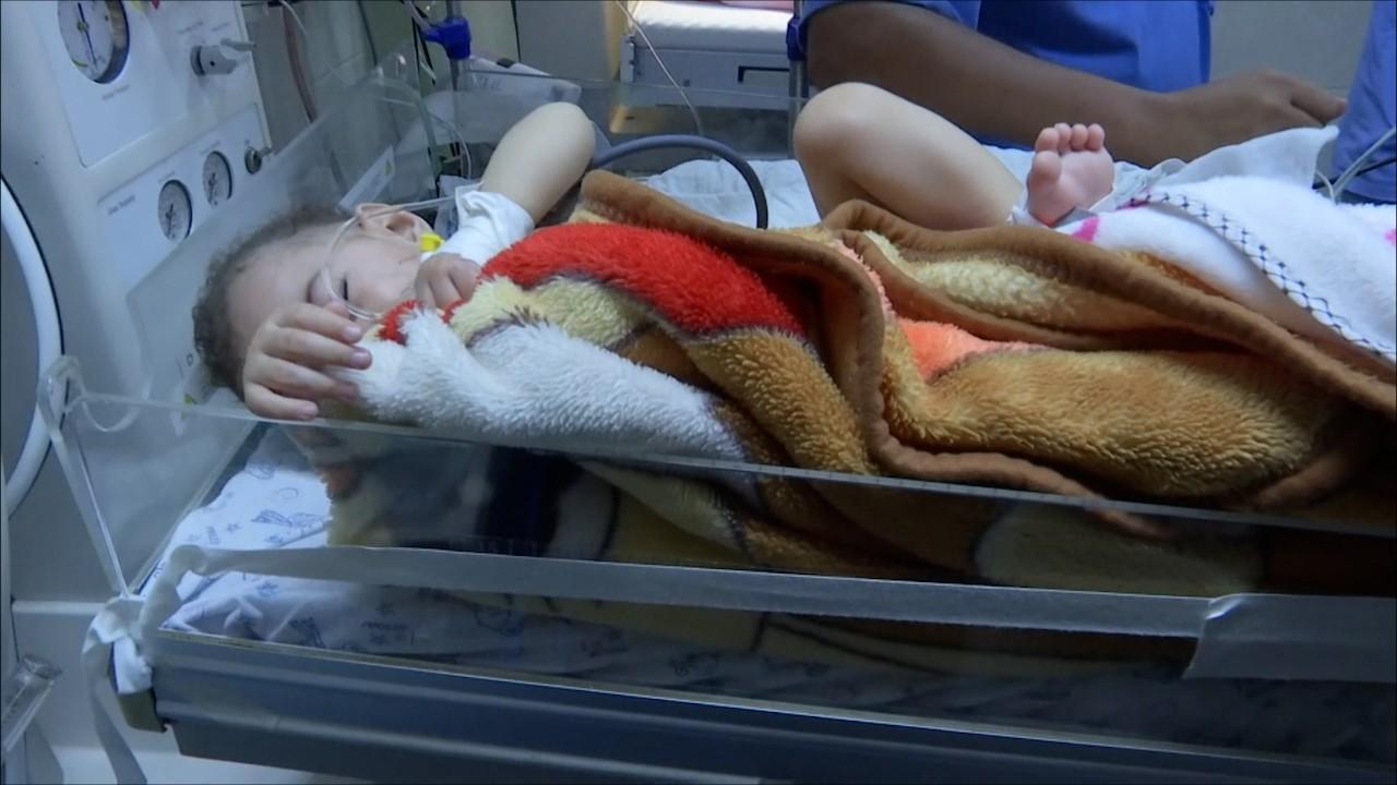 O mamă şi trei dintre copiii săi, ucişi în urma unuia dintre atacurile aeriene israeliene. Un bebeluş-miracol, găsit în viaţă printre dărâmături