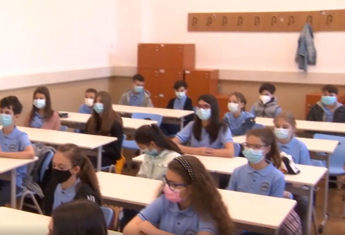 """După şase luni, elevii din Bucureşti au retrăit emoţia revederii: """"S-au schimbat foarte mult de când nu ne-am mai văzut"""""""