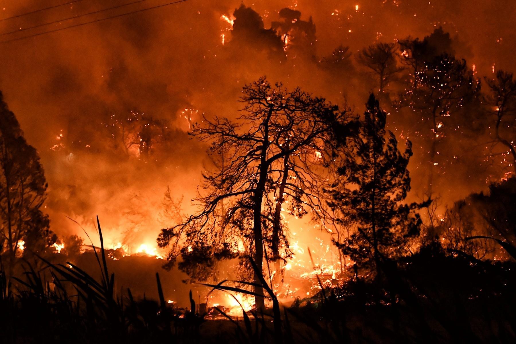 Incendiu puternic în Golful Corint din Grecia, în apropiere de Loutraki. Șase sate și două mănăstiri au fost evacuate