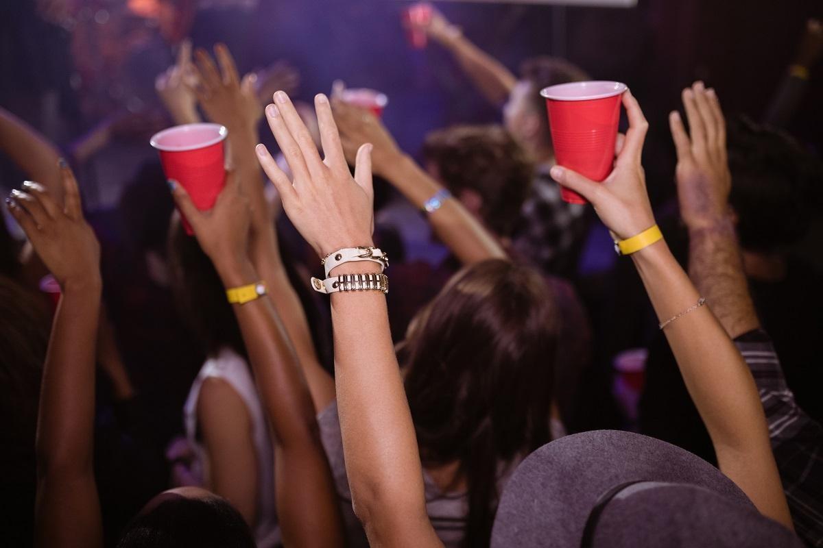 De la 1 iunie se deschid cluburile, barurile și discotecile. În ce condiţii pot merge oamenii