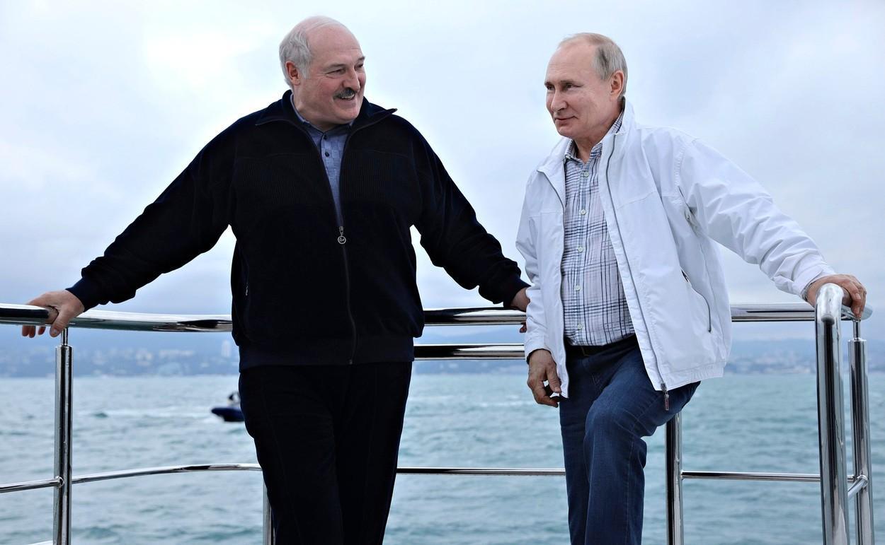 """Putin și Lukașenko fac front comun împotriva UE. S-au plimbat cu iahtul în Marea Neagră """"ca într-un film cu James Bond"""". FOTO"""