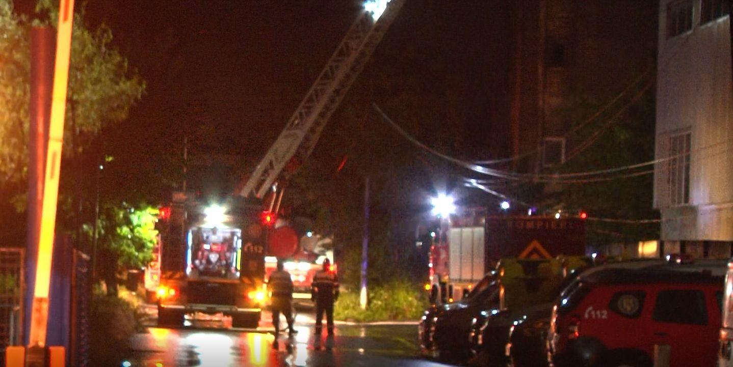 Incendiu puternic la o firmă din Brazi care colectează deșeuri. Avea activitatea suspendată. Surse: Un angajat ar fi intrat noaptea trecută în hală