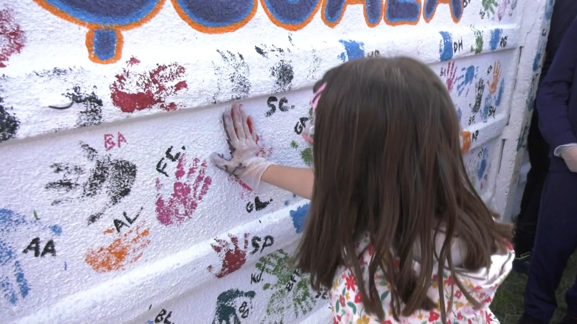Zidurile unei şcoli din Oradea au prins viaţă şi culoare. Elevii şi-au pus la propriu amprenta asupra locului ce îi modelează