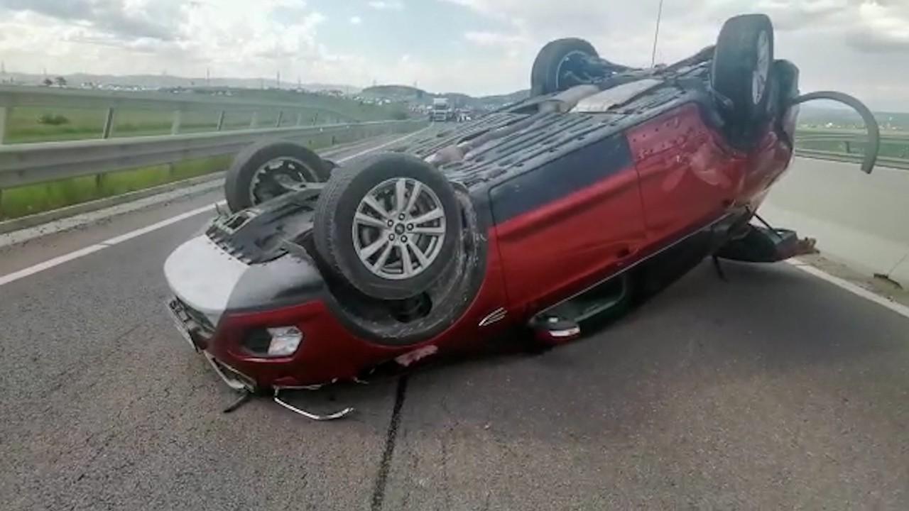VIDEO Accident pe centura Braşovului. O maşină s-a răsturnat în urma impactului: traficul este blocat