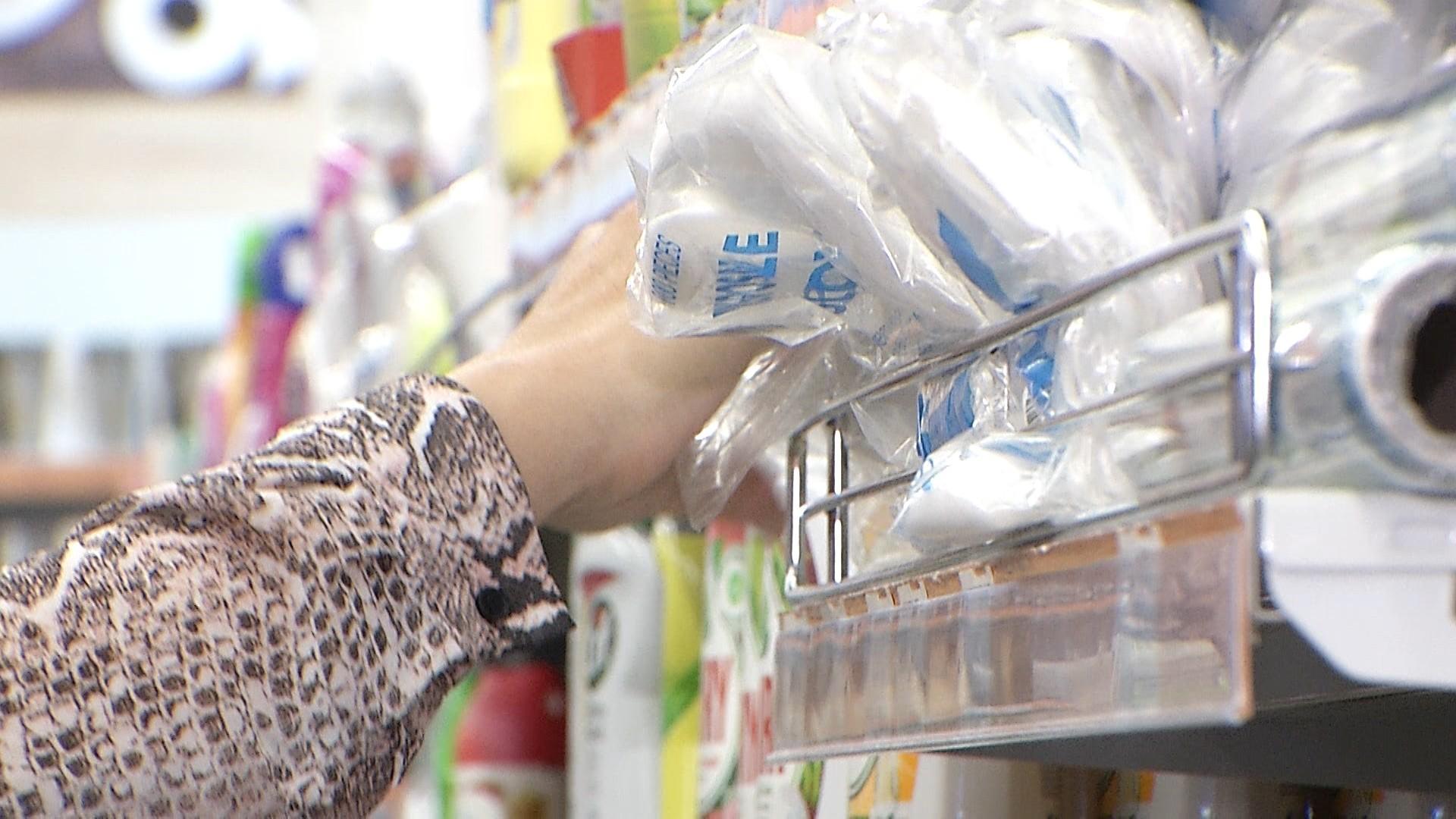 România renunţă la plastic. Lista completă a produselor pe care nu le vom mai regăsi pe rafturi de la 3 iulie