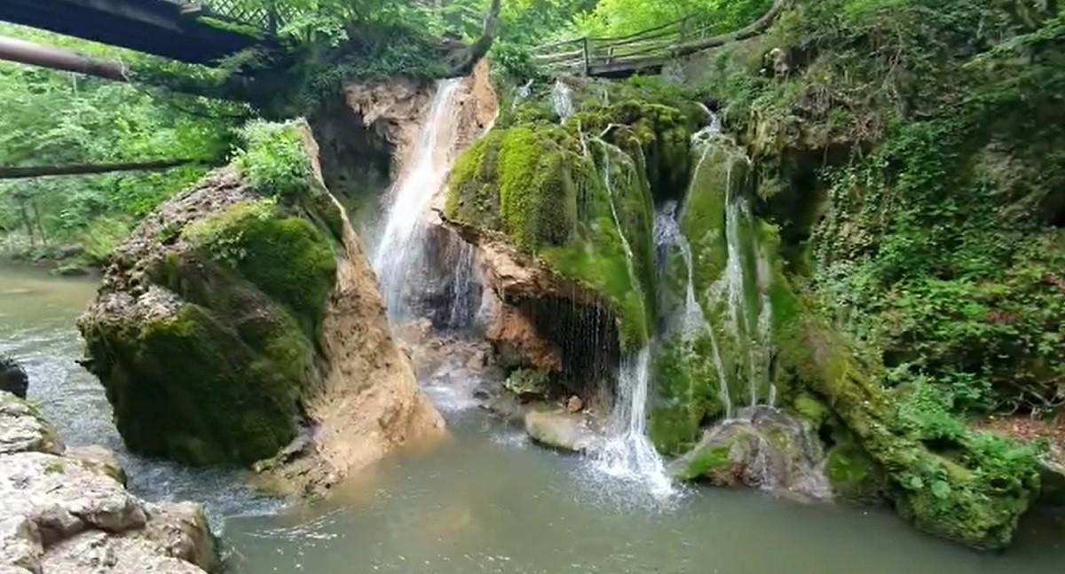 """Cascada Bigăr s-a prăbuşit sub privirile turiştilor: """"A făcut un zgomot foarte puternic. Aşa, ca de tunet"""" - VIDEO"""
