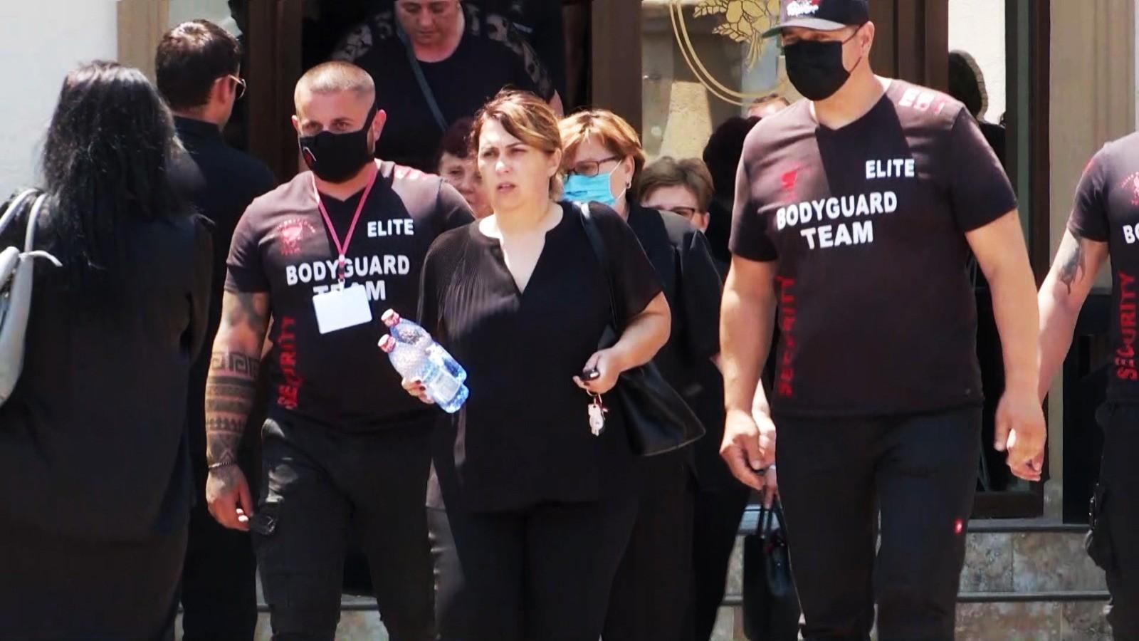 Soţia şi fiica omului de afaceri ucis în atentatul din Arad trăiesc într-o permanentă stare de frică. Scene desprinse din filme la înmormântare: Două firme de pază, angajate