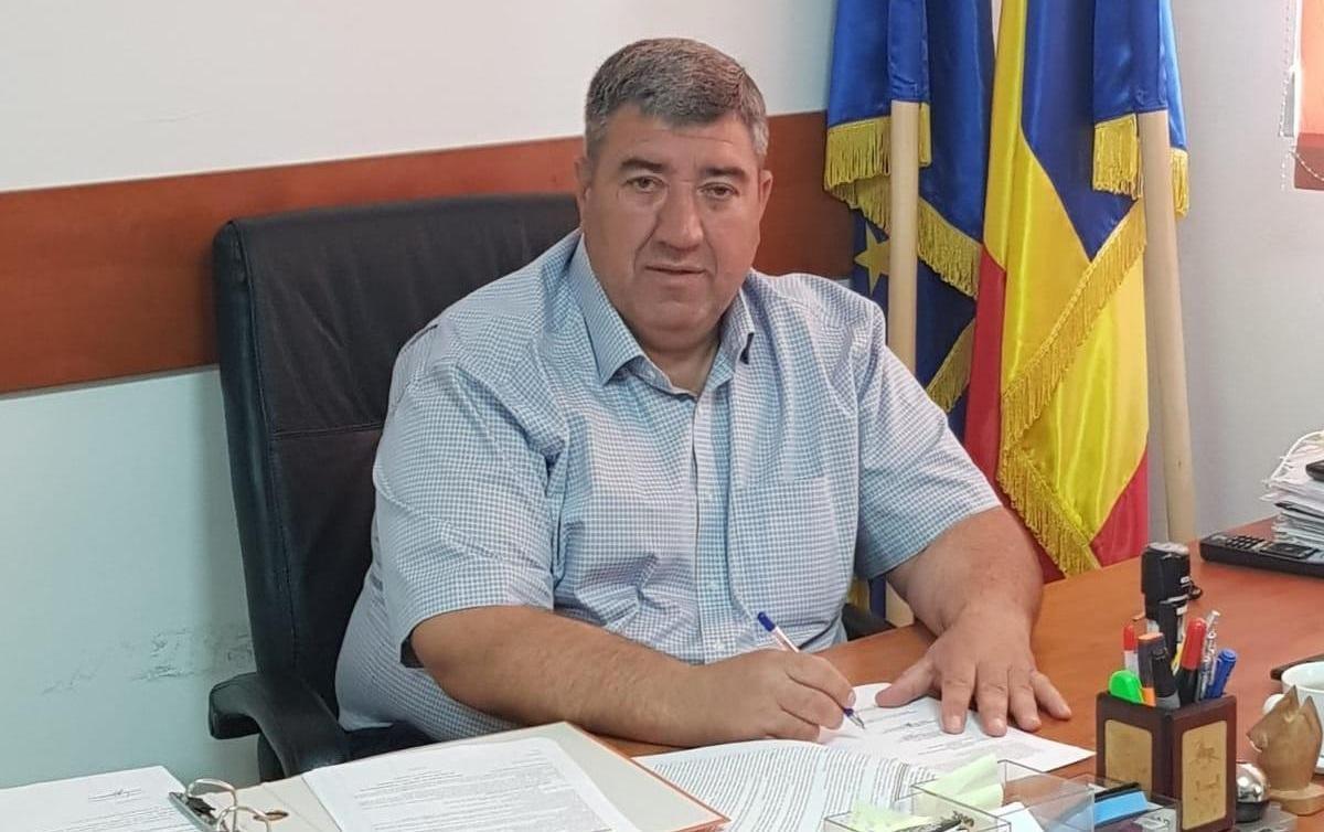Primarul din Ștefăneștii de Jos a fost reținut de poliție. Este acuzat că a lăsat însărcinată o fată de 13 ani