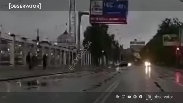 Momentul dramatic în care un BMW se rupe în două, după ce loveşte cu viteză un stâlp, pe un drum din Odessa - VIDEO
