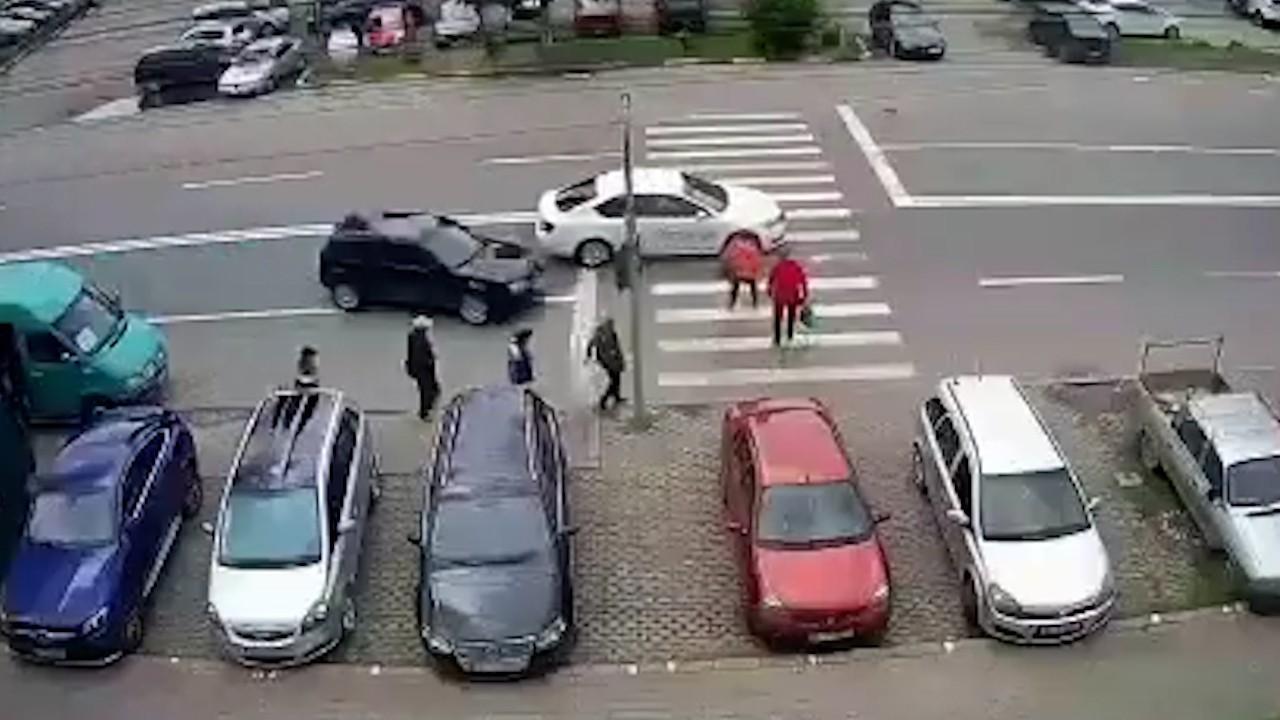 Soț și soție spulberați pe trecere de șoferul unui Volkswagen Golf, în Tecuci. Bărbatul a fost aruncat în aer