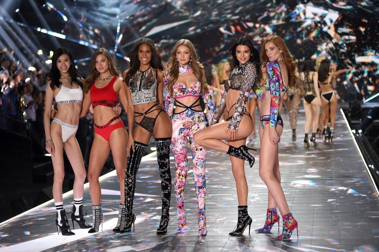 """Schimbare de strategie la Victoria's Secret: """"îngeraşii"""" vor fi înlocuiţi cu modele """"forme"""" şi modele transgender"""