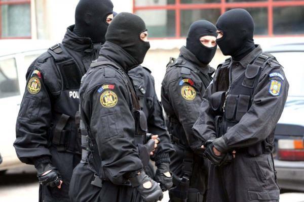 """Nouă poliţişti din Timiş, """"ridicaţi"""" pentru luare de mită chiar în timp ce participau la un seminar pe tema anticorupţiei. România, în Top 5 în UE la corupţie"""